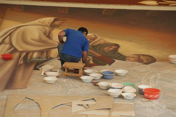 bei der Arbeit der Blumenteppiche in La Orotava