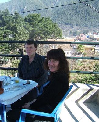 Luci und Eddi, die Besitzer der Finca, freuen sich auf Sie! - Zum Foto: Zu Weihnachten Mittagessen unterm Sonnenschirm auf einer Restaurant-Terrasse. Das ist Teneriffa!