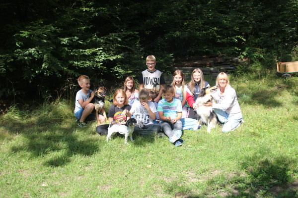 Picknick und Spiele im Wald