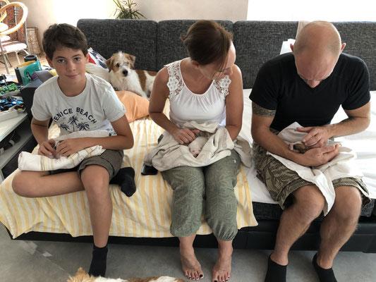 Max, Anne & Thomas beim ersten Welpen-Knuddeln