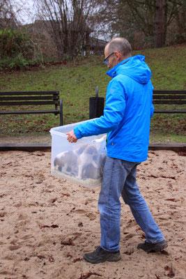 Uli transportiert die Welpen zum Kinderspielplatz der Wohnanlage.