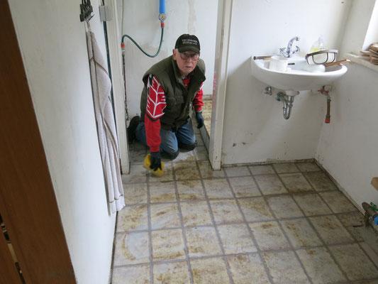 Der Toilettenfußboden wird gefliest