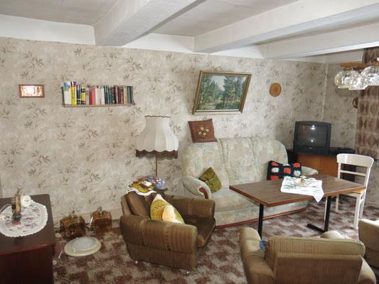 Das große Wohnzimmer mit löcherigem Gipsfußboden