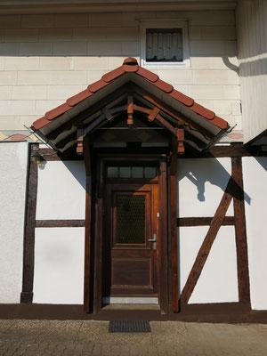 Dann kam das neue Vordach, gebaut von Tischler Wenzel, Holzteile gestrichen von Arbeitsgruppe, mit Biberschwänzen gedeckt von Jens Schalcher