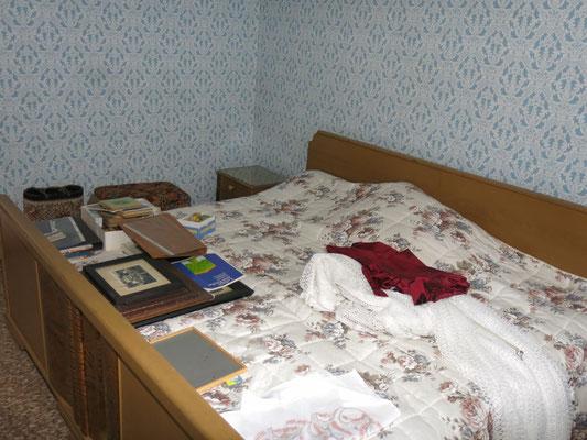 Im kleinen, windschiefen Schlafzimmer ist nun
