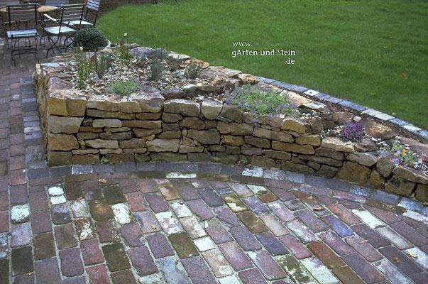 Kräutergarten mit Trockenmauer