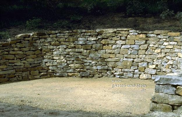 Die große Mauer für einen gemütlichen Sitzplatz