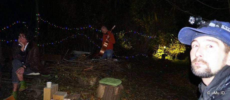 Willi spielt Gitarre am Lagerfeuer