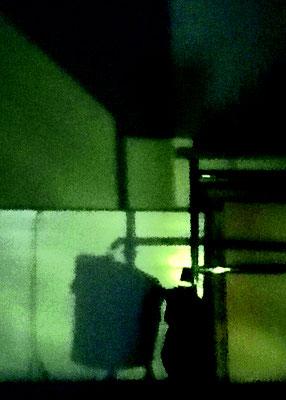 Nachtschatten einer Aktentasche unter dem Arbeitstisch, 120 x 80 cm