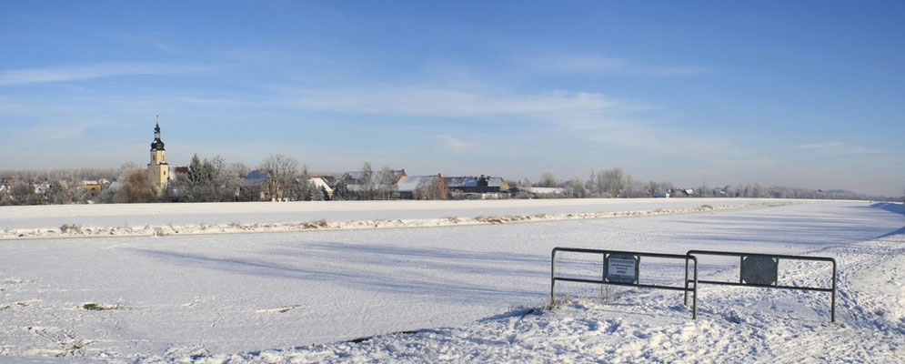 Blick über die zugefrorene Weise Elster bei Lochau