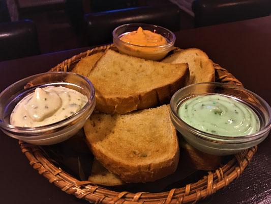 Beliebt bei Jedem! Unser geröstetes Brot, welches täglich frisch von der Vertragsbäckerei geliefert wird.  Was hierzu am besten schmeckt ? Die drei verschiedenen hausgemachten Aioli-Dips!
