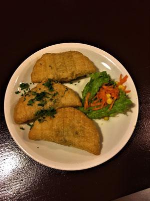 Die hausgemachten Teigtaschen empfehlen wir Ihnen als Beilage. Es gibt Sie in zwei Variationen. Einmal mit Spinat und Schafskäse und einmal mit Thunfisch und Zwiebeln gefüllt.