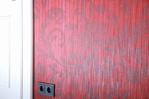 designertapete Textil rot, Lichtspiegelung