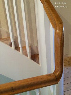 Treppenrenovierung, Lackierung weiß, Stufen und Handlauf natur