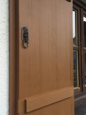 Fensterladen, Holzstruktur ausgebürstet, deckende Beschichtung in Mattoptik