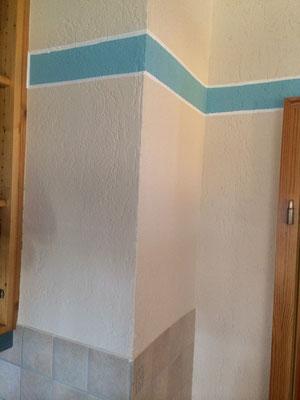 Einfache farbige Wandgestaltung, zweifarbig mit weißer Linierung der Bordüre