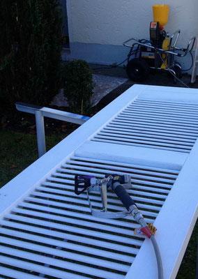 Renoverung von Lamellenfensterläden im Spritzverfahren