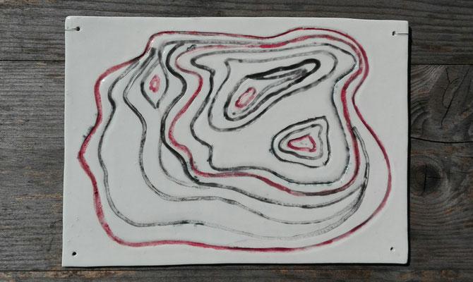 altitudo linea (Höhenlinie); klein; Papierporzellan Limoges; gebr. 1260°C; handgraviert; Farbkörper: schwarz & rot; Glasur: transparent Schmuckdraht Ø 0,38mm; © Juliane Leitner 2017