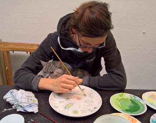 Bemalen der Teller mit Unterstützung von Katze Sue und Gerald / painting the plates with the support of my cat Sue and Gerald © Gerald Hochhauser 2016