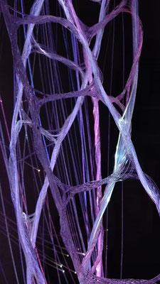 Detailansicht der Glasfaser-Verknüpfungen beleuchtet durch LED-Projektor © Juliane Leitner 2016