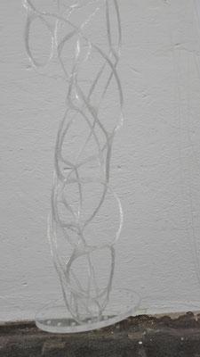 Verknüpfung von 40 - 50 Glasfasern zu einer Helixstruktur inkl. der Einbindung von einer transparenter Plexiglas Platte © Juliane Leitner 2016