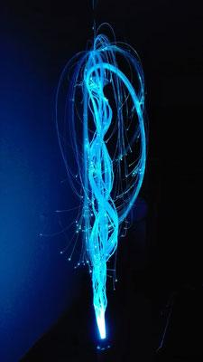 Gesamtansicht der Helixstruktur aus Glasfasern beleuchtet durch LED-Projektor © Juliane Leitner 2016