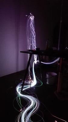 Gesamtansicht der Helixstruktur aus ungefähr 100 Glasfasern inkl. restl. Glasfaserbündel und Beleuchtung durch LED-Projektor © Juliane Leitner 2016