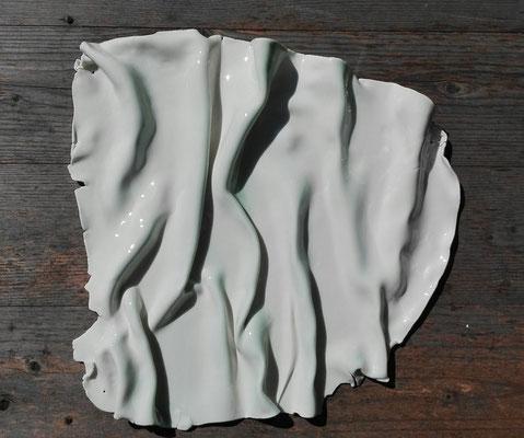 sinus montes (Faltengebirge); Papierporzellan Limoges; gebr. 1260°C; Glasur: transparent & türkis matt; Schmuckdraht Ø 0,38mm; © Juliane Leitner 2017
