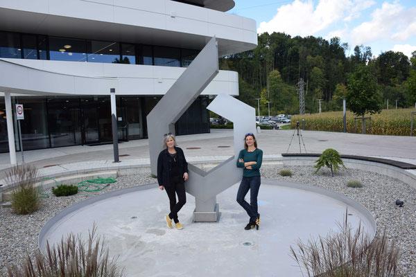 Ulrike Wintersteiger & Juliane Leitner vor der frisch installierten Brunnenskulptur © Foto 2021 Martin Stockhamer