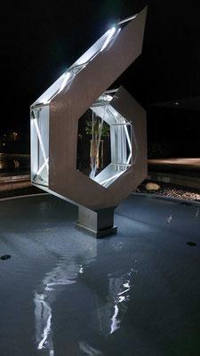 Spiegelungen und Schatten beleben die Skulptur in der Nacht © Foto Juliane Leitner 2021