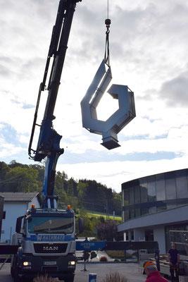 Die Skulptur wird mit Hilfe eines Krans v. d. Firma Hüthmayr in das Brunnenbecken befördert. © Foto 2021 Martin Stockhamer