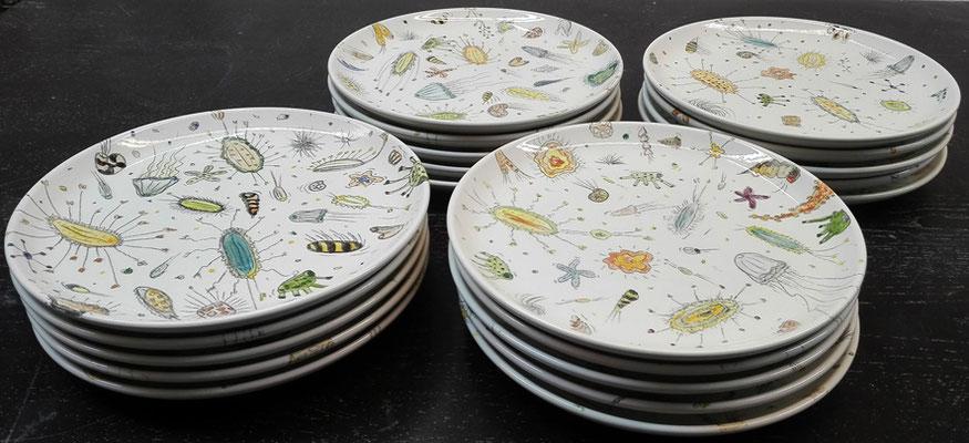 """Serie """"aequoreus"""" 20 Teller; Brenntemp.: 1060°C; DM 24 cm  / Serie """"aequoreus"""" 20 plates; fired by 1060°C; diameter 24 cm © Juliane Leitner 2016"""