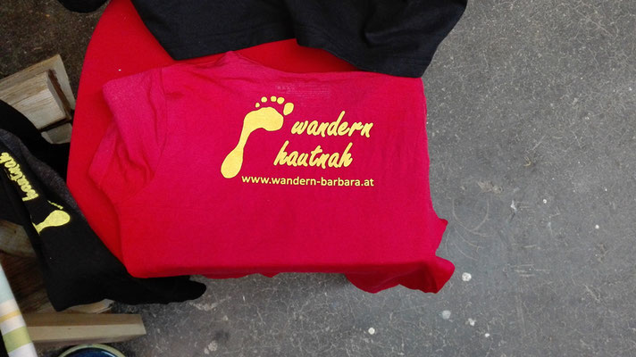 "Siebdruck Logo auf Merino Shirt für ""wandern hautnah"" / screen printing logo on merino shirt for the company ""wandern hautnah""© Juliane Leitner 2016"