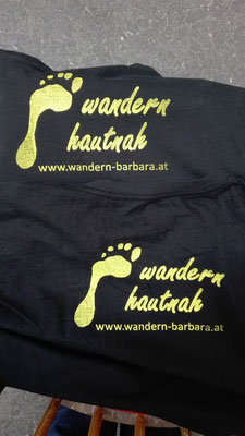 "Siebdruck Logo auf Naturbaumwoll T-Shirts für ""wandern hautnah"" / screen printing logo on natural cotton shirts for the company ""wandern hautnah"" © Juliane Leitner 2016"