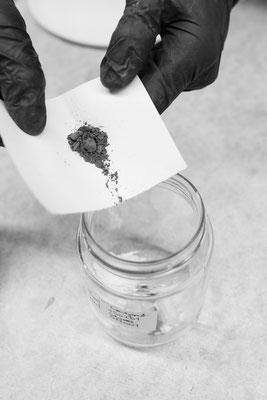 Der Farbkörper wird vorsichtig zur Grundglasur beigeben © photo by Jürgen Breitenbaumer 2018