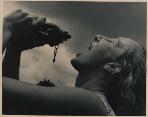 photo photographie époque tirage argentique femme gourde boire