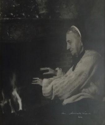 photographie : femme âgée à la cheminée