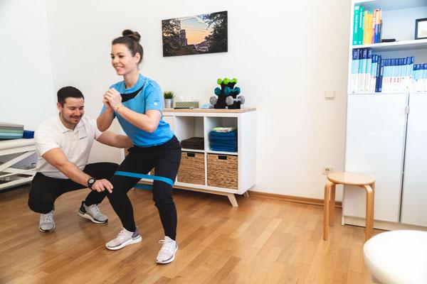 Übung mit Gymnastikband in Physiotherapiepraxis in Heidelberg