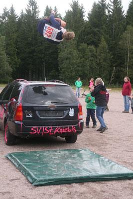 Felix mit Sideflip vom Auto