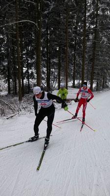 Axel Braun (roter Anzug) hinter Tim Pannach (Enzklösterle)
