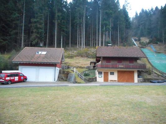 Skihütte (rechts) mit Garagen und Trainings-(und Kraft)raum