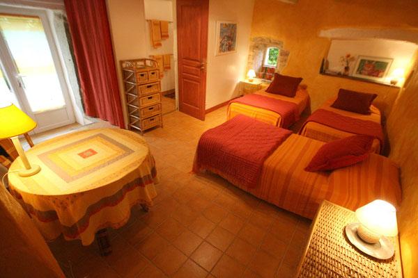 La Chambre Mandarine avec 3 lits simples