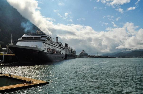 Wir sind nicht die einzigen in Juneau, es hat noch drei Kreuzfahrtschiffe mit jeweils einigen tausend Passagieren