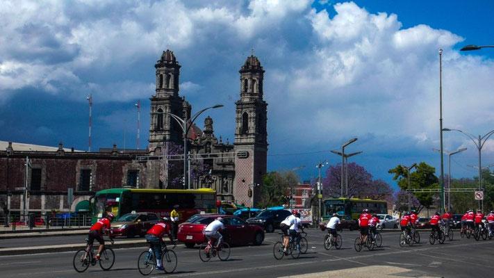 Mutige Fahrradfahrer in der Stadt