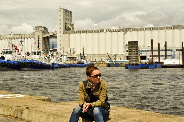 """Auf die Frage an den Fotografen, wieso meine Füsse nicht auf dem Foto sind:""""Damit man die Schiffe im Hintergrund sieht!"""" - ach soooo...."""