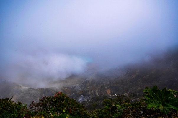Man stelle sich einen türkisblauen Kratersee vor