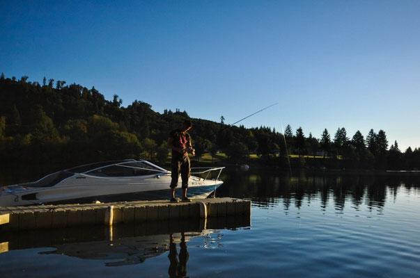 Endlich erste Fischerversuche, welche nach etwa zehn Minuten in Folge Verlust des Köders enden....