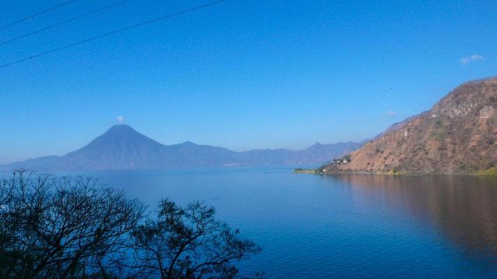 Der See ist wunderschön von Vulkanen umgeben