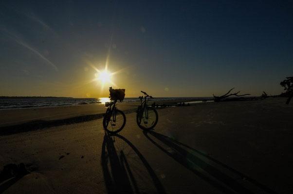 So schön, mit dem Fahrrad am Strand unterwegs