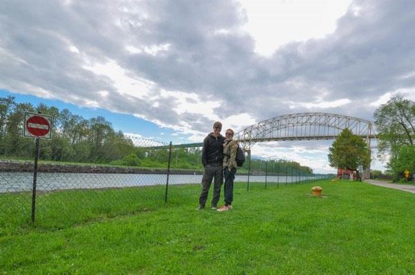 Bei der Schleuse in Sault Ste. Marie (im Hintergrund die Brücke in die USA)